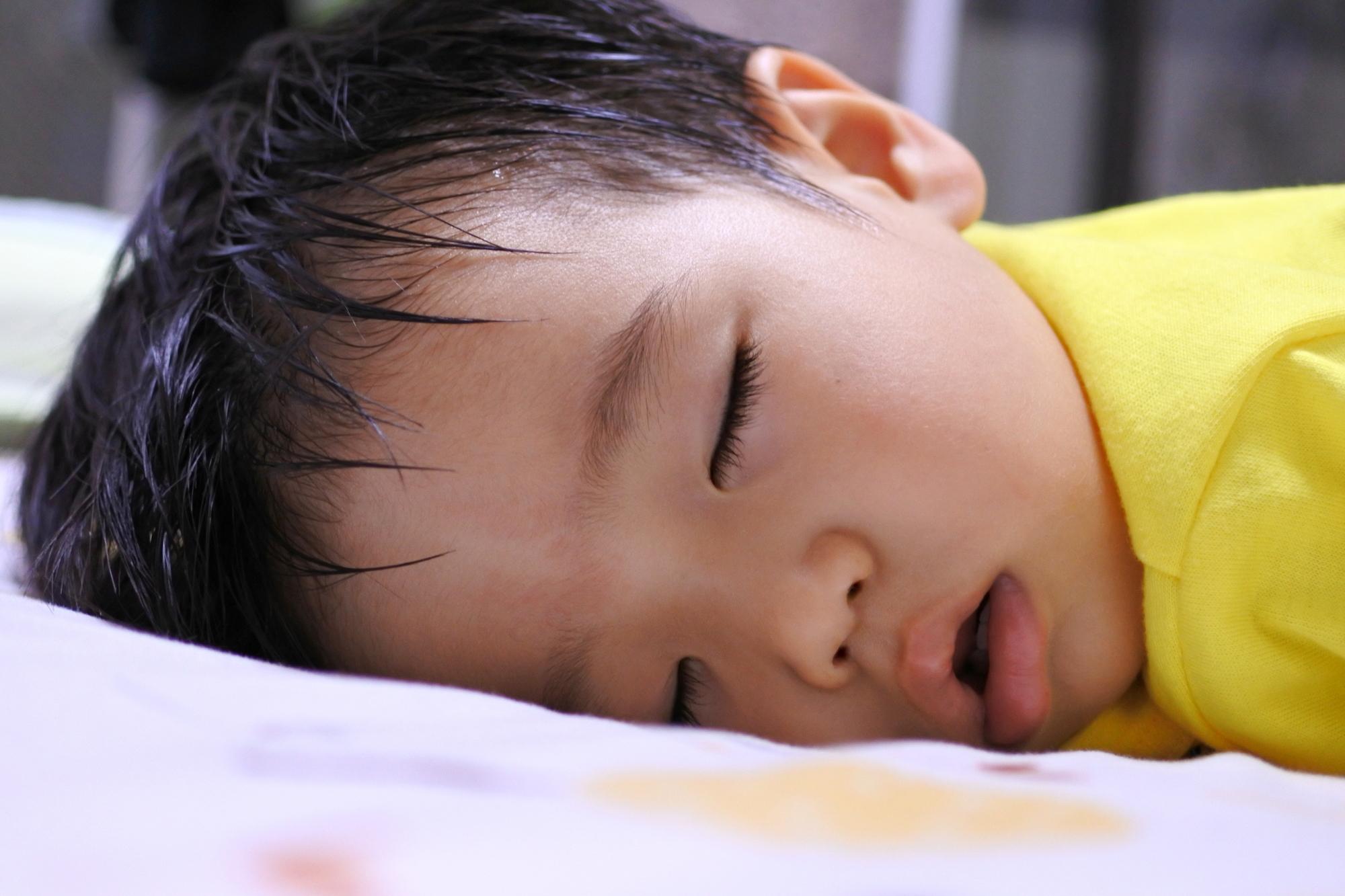 【医師解説】赤ちゃんの寝汗がすごい!これって大丈夫?季節別の対策を紹介